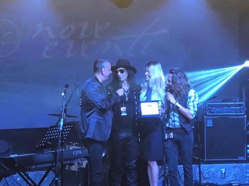 Alex Peroni consegna il premio